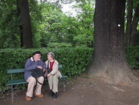 Par koji je posvojio najstariji hrast lužnjak u Vrtu (foto: Vanja Stamenković)