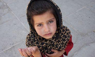 Siromašna djevojčica prosi u Afganistanu (foto: Wikimedia Commons)