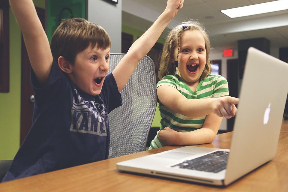 Djeca igraju videoigre (pixabay.com, StartupStockPhotos)
