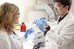 Znanstvenik i z nanstvenica (foto: Bioteka)
